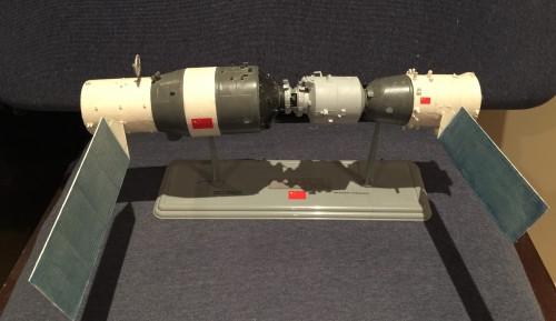 Modell von Tiangong-1 mit angedocktem Shenzou-Raumschiff (Bild: Leebrandoncremer, CC-BY-SA 4.0)