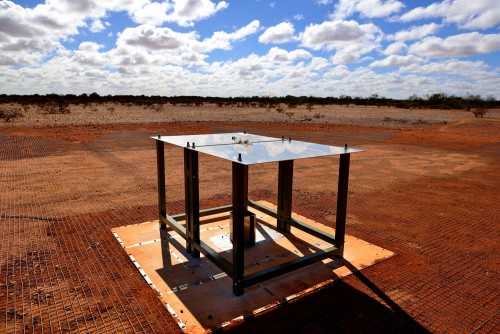 Ein wissenschaftlicher Tisch in der Wüste (Bild: Csiro)