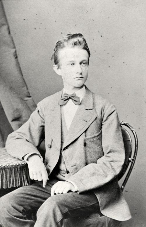 Max Planck als Jugendlicher. Später wurde er noch ein wenig länger. (Bild: gemeinfrei)