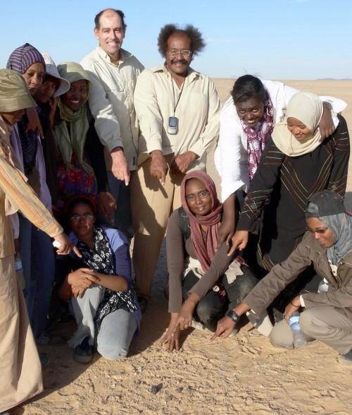 Wissenschaftler von der Universität Khartoum und der NASA finden ein Bruchstück von 2008 TC3 (Bild: NASA, public domain)