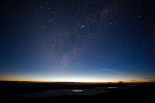 Sonnenaufgang über der Europäischen Südsternwarten (Bild: ESO)