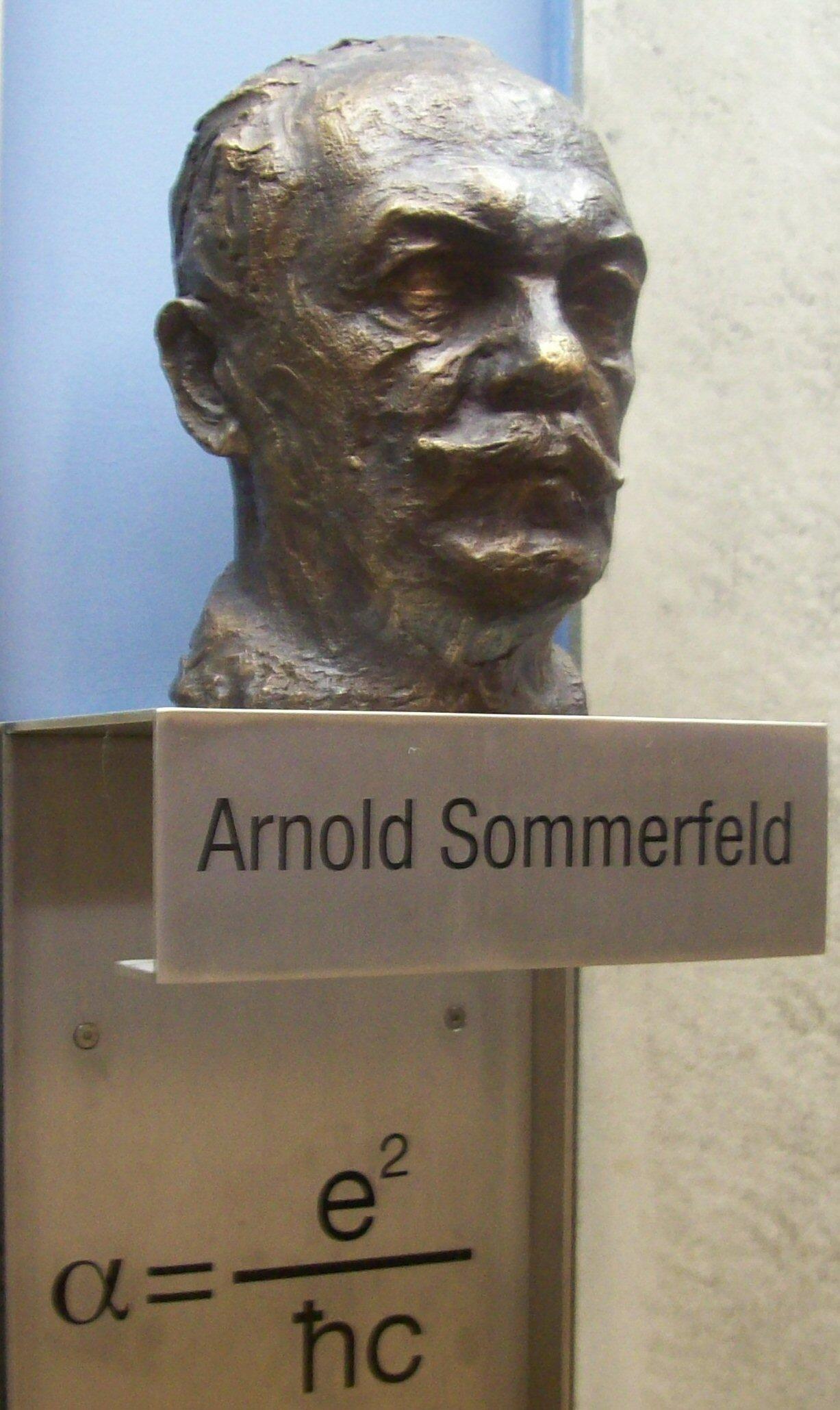 Arnold Sommerfeld, der die Feinstrukturkonstante eingeführt hat, weswegen sein Kopf nun auch darüber schweben darf (Bild: gemeinfrei)