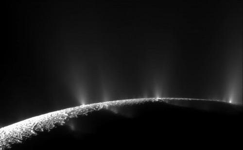 Eis-Geyser auf Enceladus (Bild: NASA/JPL/Space Science Institute, gemeinfrei)