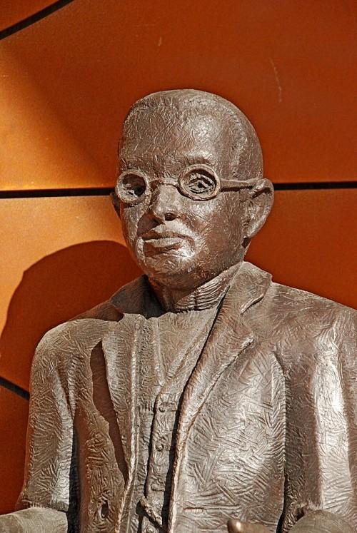 Georges Lemâitre. Bzw. eine Statue von Georges Lemâitre. Aber besser als nix. (Bild: EmDee, CC-BY-SA 4.0)