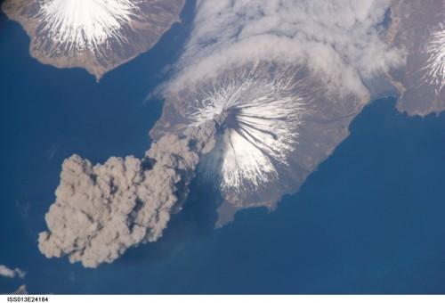 Vulkanausbruch in Alaska, gesehen von der ISS (Bild: NASA)