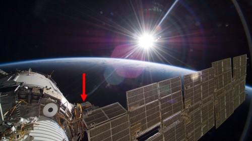 """Internationale Raumstation ISS, russisches Swesda-Modul, roter Pfeil: """"Expose R""""-Anlage. Dort können biologische oder chemische Proben angebracht und dem freien Weltraum ausgesetzt werden. Ähnliche Anlagen gab es auch am ISS-Modul Columbus der Europäischen Weltraumorganisation ESA. An den Anlagen können Daten aufgezeichnet werden, z. B. um während eines Versuchs die Summendosis der ionisierenden Strahlung und die UV-Strahlung zu messen.( Roskosmos, ESA, DLR-Institut für Planetenforschung, Bildrechte: Deutsches Zentrum für Luft- und Raumfahrt (DLR))"""