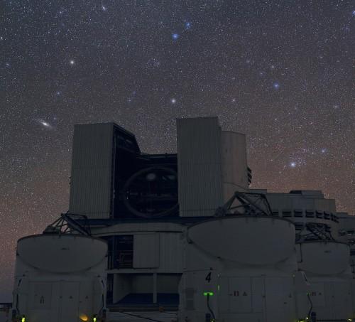 Algol (rechts im Bild) und jede Menge andere Sterne über dem VLT der ESO (Bild: ESO/B. Tafreshi (twanight.org))