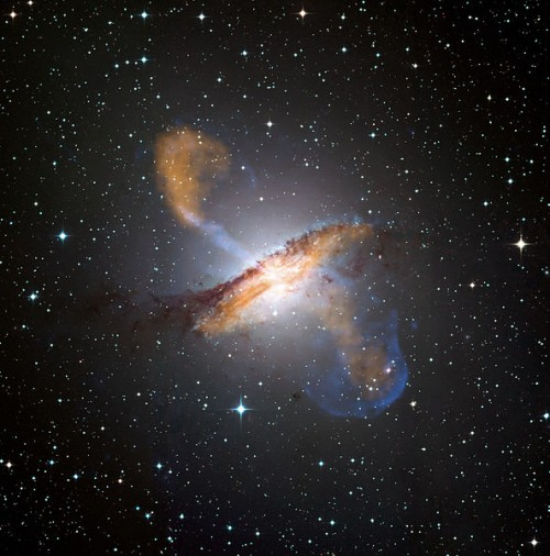 Die elliptische Galaxie Cen A ist die Hauptgalaxie der Centaurus Gruppe, auf welcher ich das Hauptaugenmerk in meiner Doktorarbeit legte (Bild: ESO/WFI (Optical); MPIfR/ESO/APEX/A.Weiss et al. (Submillimetre); NASA/CXC/CfA/R.Kraft et al. (X-ray), CC-BY 4.0)