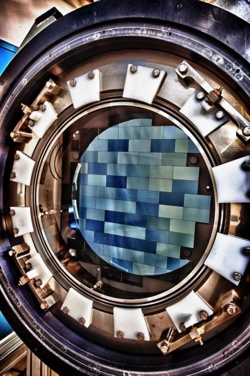 Die Dark Energy Kamera besteht aus 62 CCD Chips mit je 2048 x 4096 Pixeln, somit insgesamt aus etwa 600 Megapixel. Mit einem Schnappschnuss nimmt sie eine Fläche von 3 Quadratgrad am Himmel auf. Zum Vergleich: Der Mond nimmt eine Fläche von nur 0.2 Quadratgrad ein