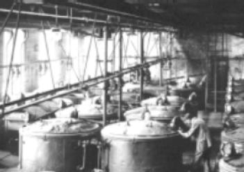 Indigoproduktion bei der BASF im Jahre 1890 (leider ist die Bildqualität nicht so gut) (Unknown photographer, Indigoproduktion BASF 1890, als gemeinfrei gekennzeichnet, Details auf Wikimedia Commons)