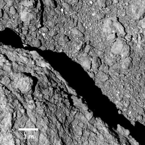 Bild der Oberfläche aus nur 64 Meter Entfernung (Bild: JAXA, University of Tokyo, Kochi University, Rikkyo University, Nagoya University, Chiba Institute of Technology, Meiji University, Aizu University, AIST).