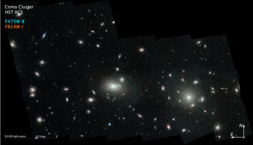 "Kugelsternhaufen im Coma-Cluster. Die Haufen sind durch die vielen türkisen Punkte markiert (""Bild: NASA, ESA, J. Mack (STScI), and J. Madrid (Australian Telescope National Facility))"