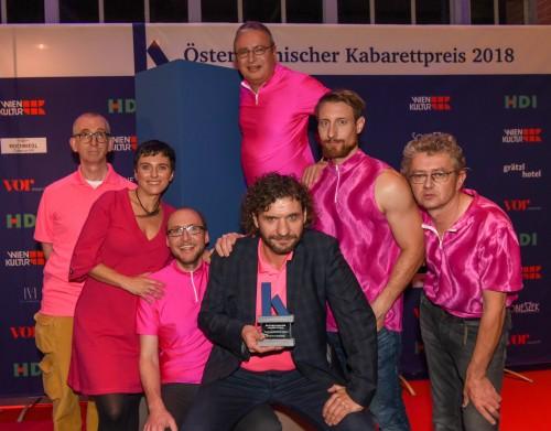 Wir sind frisch gebackene Gewinner des Kabarettpreis 2018 - gibt also keine Ausrede, uns nicht anzuschauen! (Foto: ORF/Hubert Mican)