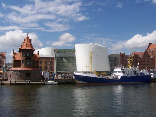 i-7927d5c3926a01548e289dec142df13e-Ozeaneum_Stralsund,_Ansicht_vom_Hafen-thumb-500x375.jpg