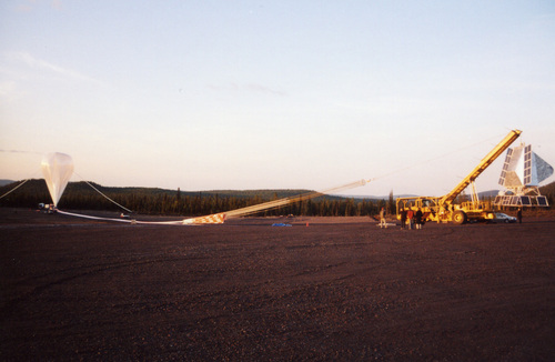 i-81284f225169c8ce4d7102db621c7cba-BLAST_on_flightline_balloon_filling_kiruna_2005-thumb-500x326.jpeg