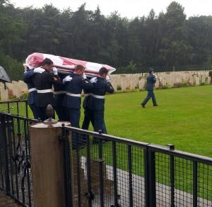 der Sarg, bedeckt mit der kanadischen Flagge, wird zur Grabstelle getragen