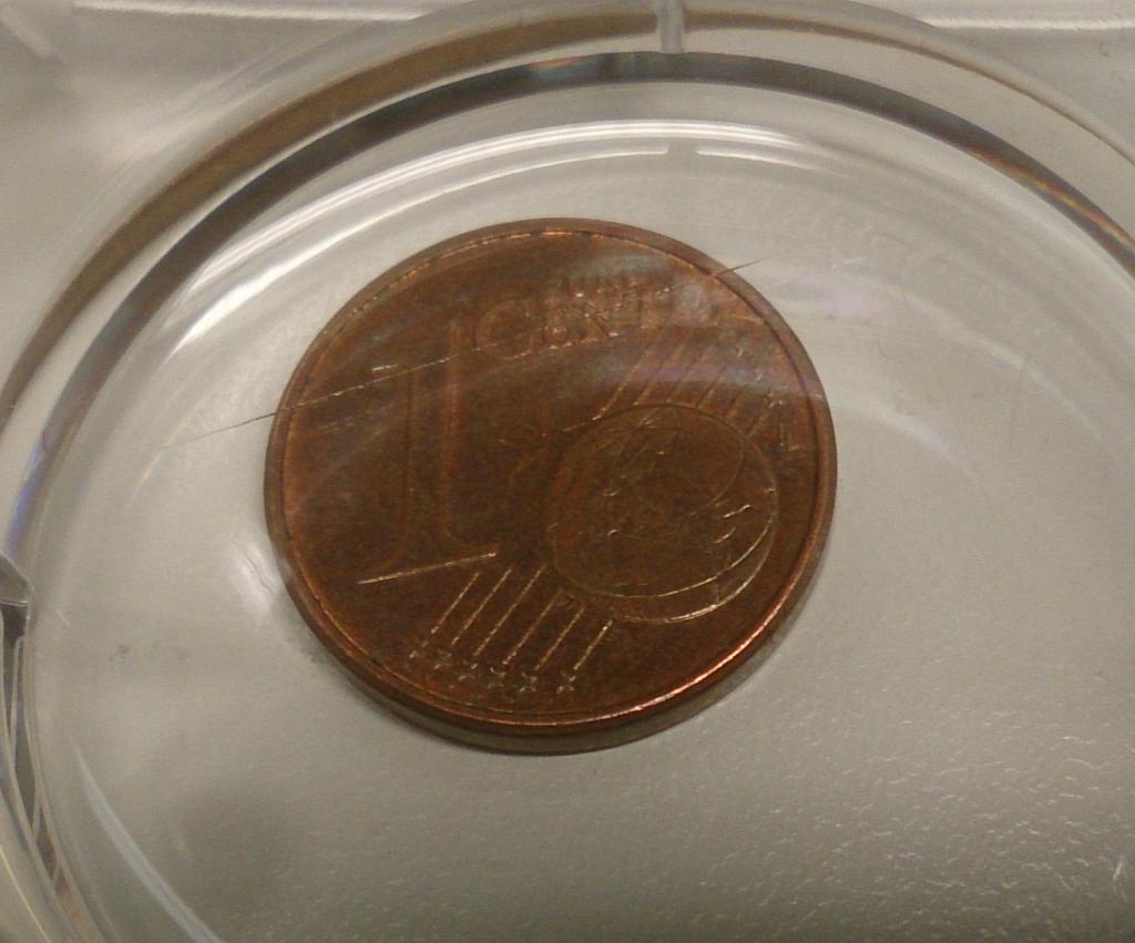 """Über der Ein-Cent-Münze kann man erkennen, dass dort wo das Wort """"CENT"""" steht auch der Rand des Objektträger-Gläschens verläuft. This work is licensed under a Creative Commons Attribution 4.0 International License."""