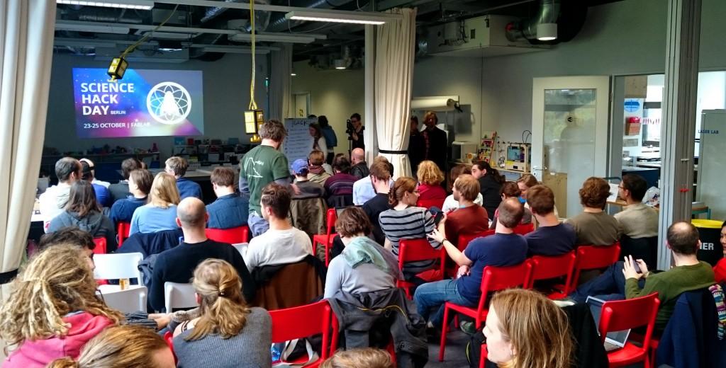 Der InnovationSpace des FabLab Berlin ist geu gefüllt kurz vor den Präsentationen der Projekte.