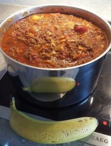 """""""Wenn ich für Gäste koche, kann ich Mengen immer schwer einschätzen. Ich hoffe, diese Menge Bolognese reicht für eine Lasagne, von der drei Leute satt werden müssen. #bananaforscale"""" von Mike Beckers (@mimimibe), 12. Mai 2018"""