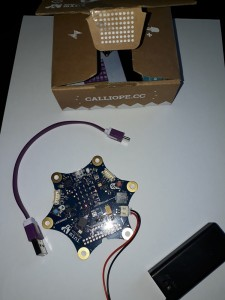 Die Platine kommt schick im Karton, inkl. Batterie-fach und USB Kabelchen.