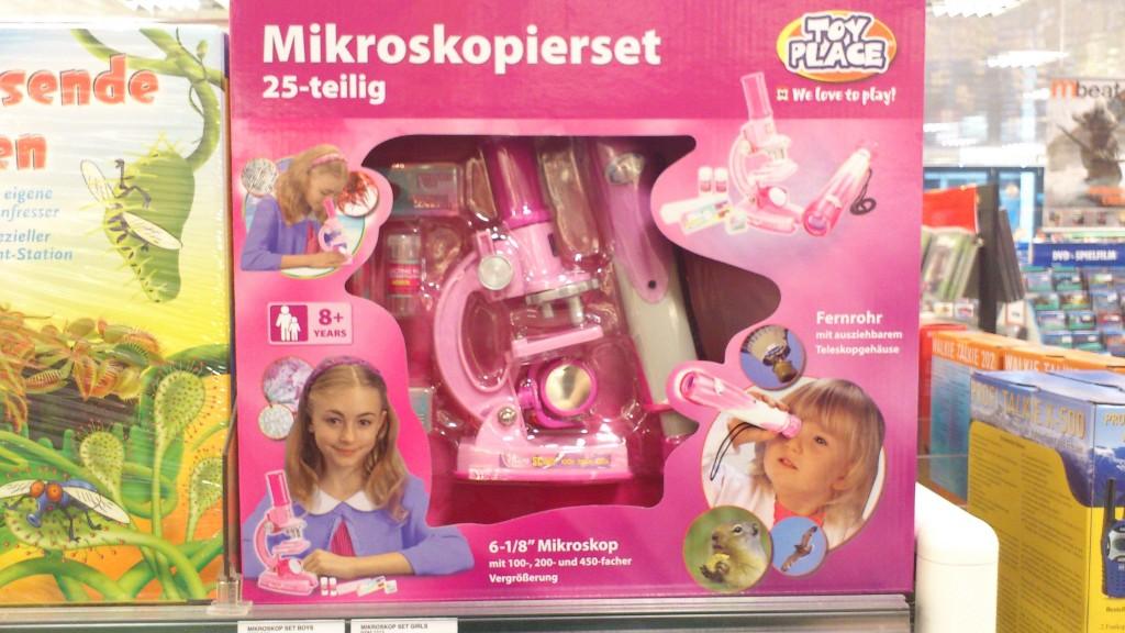 Mädchenmikroskop