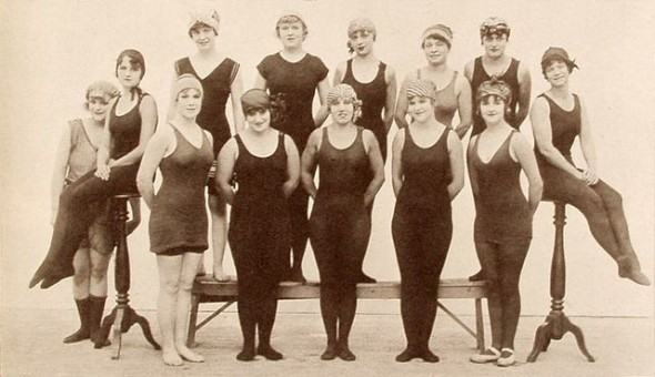"Keystone studios: ""Bathing Beauties"" - Hollywood-Darstellerinnen in zeitgenössischer Bademode (Publicity-Foto für Keystone Triangle Pictures, 1916). Quelle: Wikimedia Commons [Public Domain]"