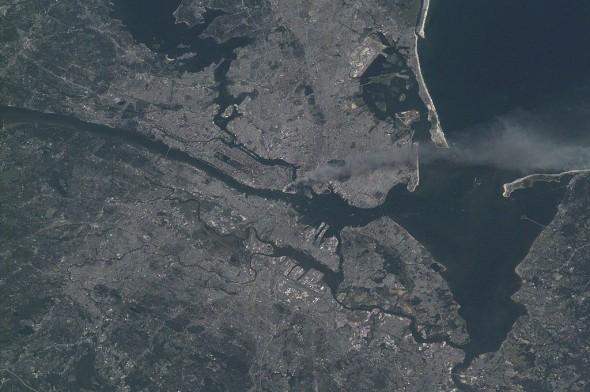Rauchwolke des brennenden World Trade Center, von der Internationalen Raumstation aus gesehen (Foto: Nasa/public domain)