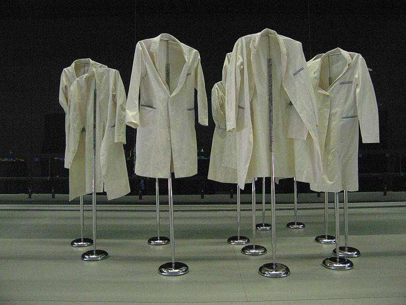 i-19b1432c0f227311602476160c8e6d92-800px-Lab_coats.jpg